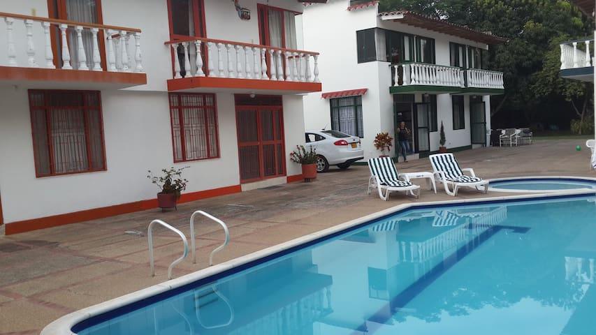 Casa con piscina en Melgar - Melgar