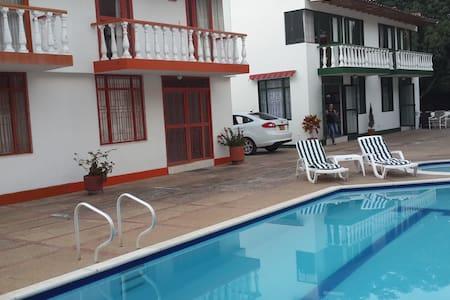 Casa con piscina en Melgar - Melgar - Casa