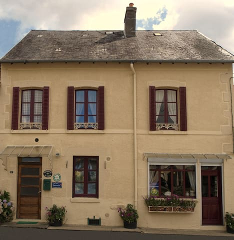 Attractive 1850's former farmhouse - Montaigut-le-Blanc - Bed & Breakfast