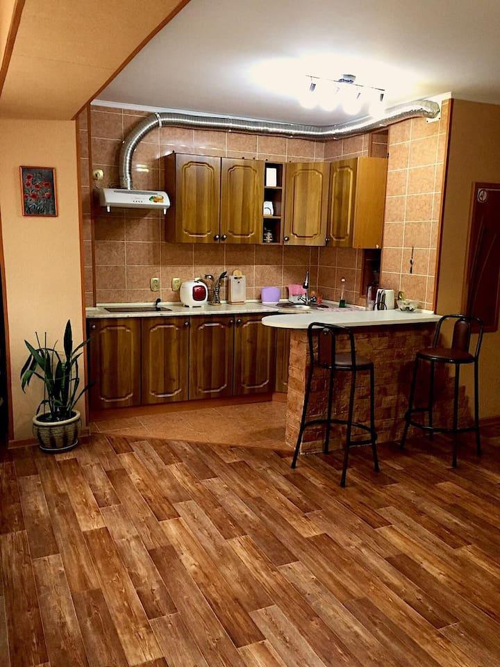в квартире-студии кухонная и обеденная зона