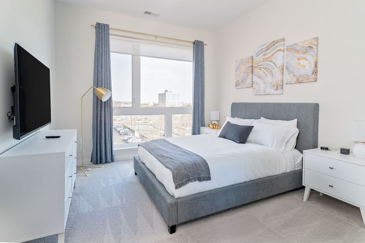 Luxury Apt with Parking & Gym | Downtown at Yale