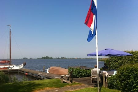 A stunning lake side cottage - Oudega Gem Wymbritserad - Huis