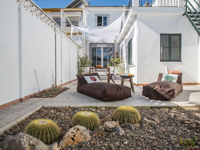 [I09] Excellent house with zen backyard.