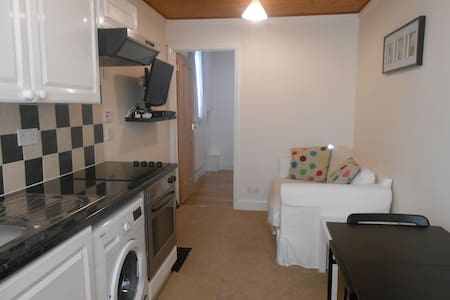 APARTMENT IN NORTH WEST LONDON