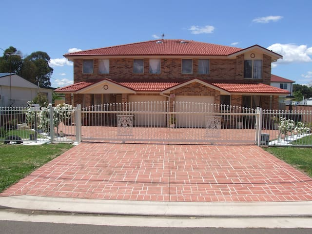 Modern brick/veneer 4-bedroom home - Blacktown - Ev