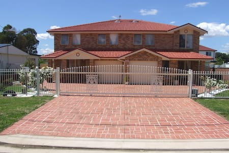 Modern brick/veneer 4-bedroom home - Blacktown - Casa