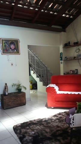 Sala e escada p acesso aos quartos.