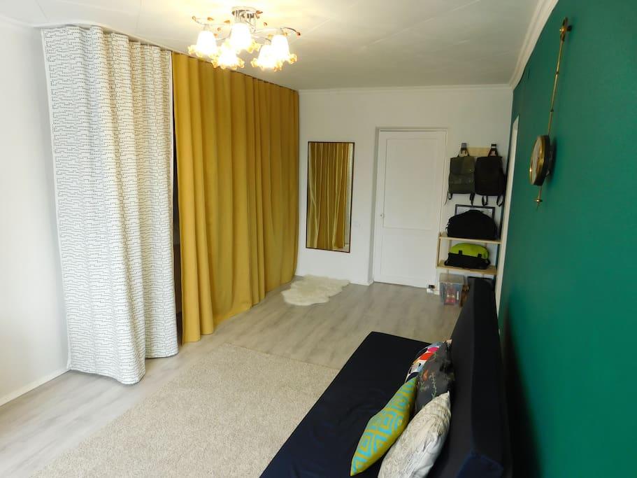 первая комната (большой шкаф)