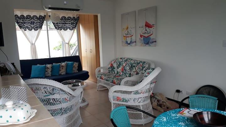 Bella villa en condominio frente al mar.
