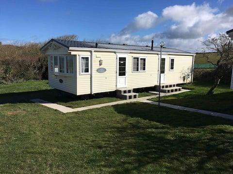 Comfy static caravan,  minutes walk from the sea