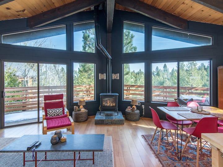 2BR w/ Big Deck, Fireplace & Creek