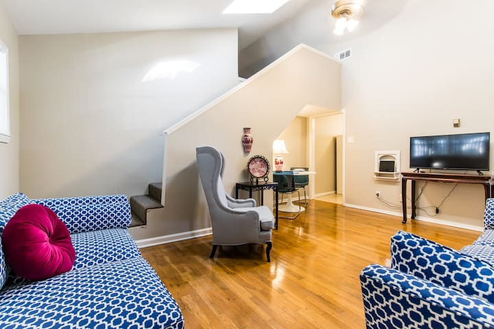 Newly decorated Oak Lawn  one bedroom with a loft.