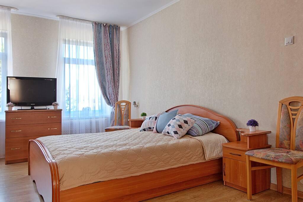 Гостиная, двуспальная кровать, телевизор