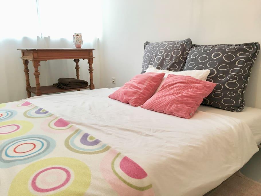 Das Schlafzimmer mit Ausklappsofa (140 x 200cm)