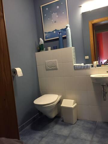 WC commun pour les 3 locataires assez grand pour personne à mobilité réduite