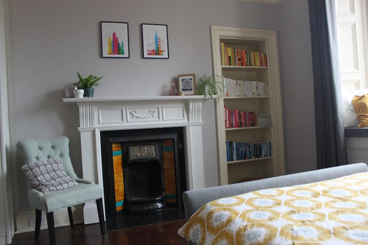 Stylish Home in Vibrant Leith. 2 Bed. Free Parking