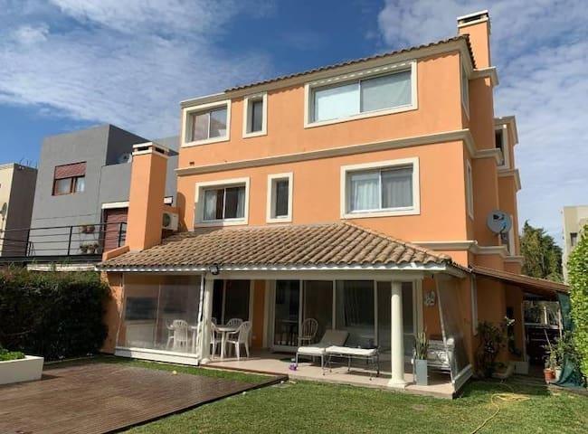 Casa con seguridad privada en Bajo de San Isidro