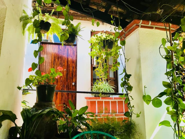 Twin en casa colonial, ajardinada y céntrica