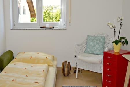 Zimmer in moderner Wohnung in Messenähe (3,5 km) - 腓特烈港(Friedrichshafen)