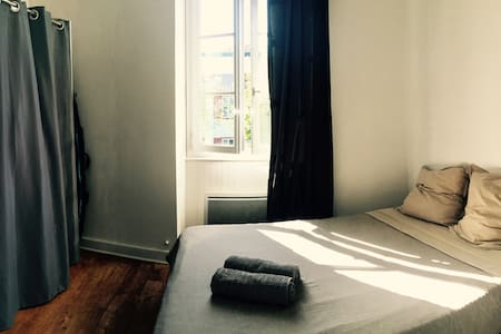Private bedroom in the heart of St Jean de Luz - Saint-Jean-de-Luz - Appartement