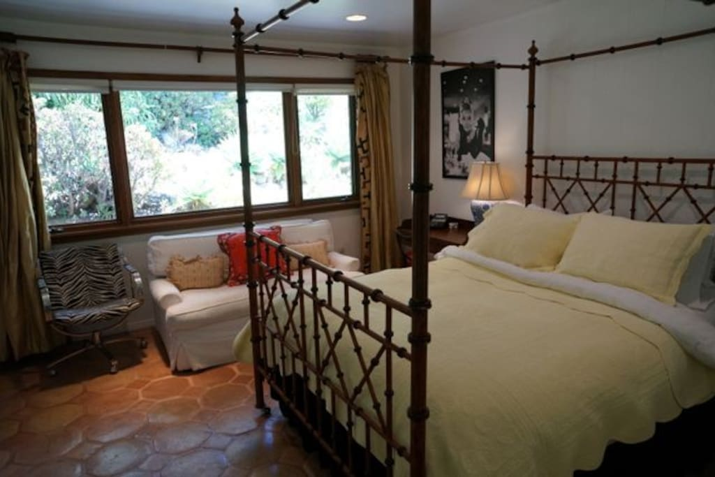 Guest bedroom with queen size four poster bed