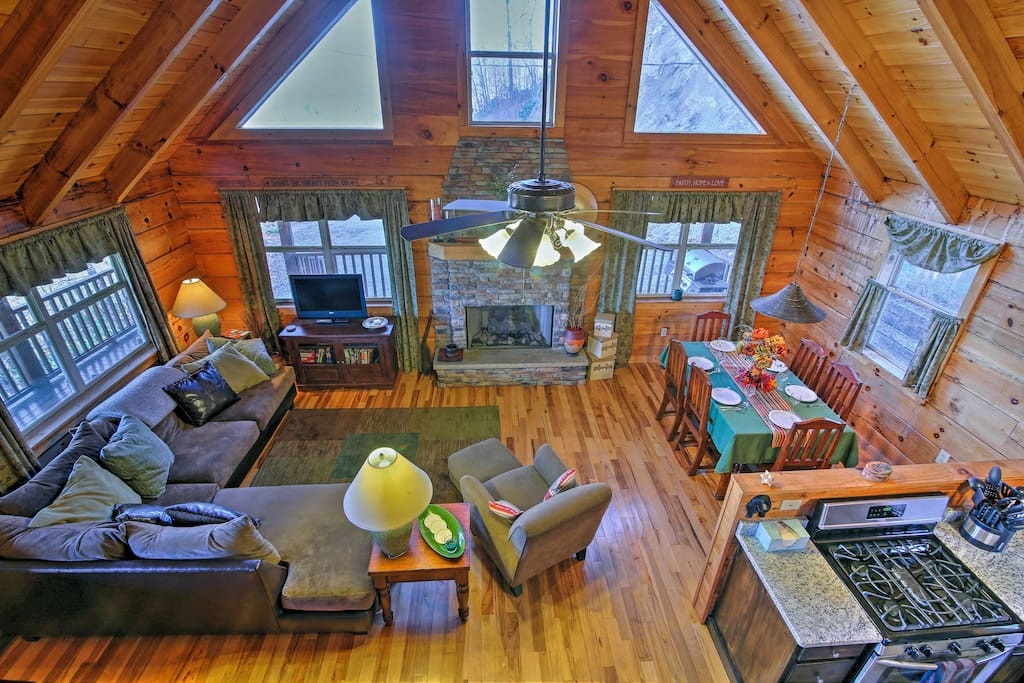 This 3-bedroom, 3-bathroom vacation rental cabin is located in Topton, NC.