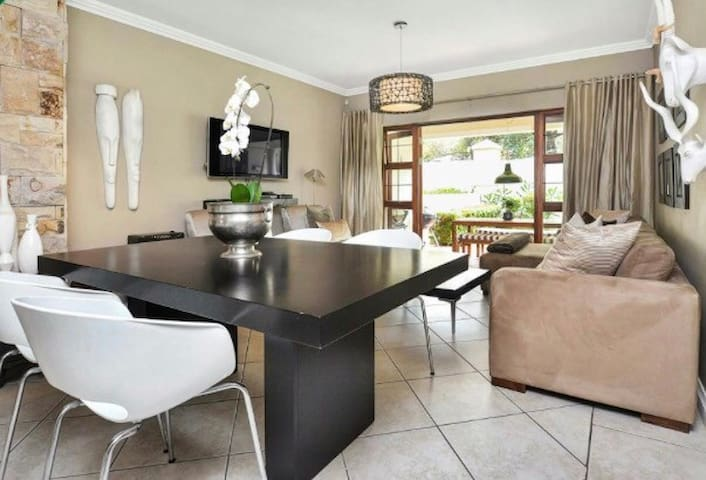Stylish and fully equipped apartment with garden - Sandton - Apartament