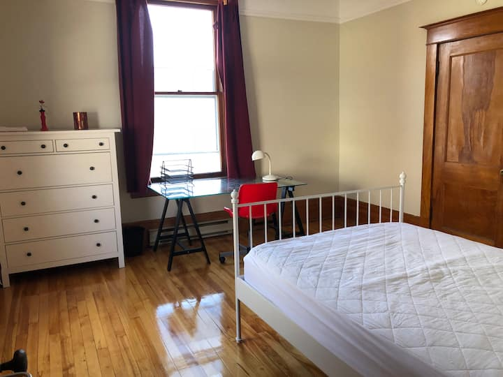Room for a student in a shared townhouse
