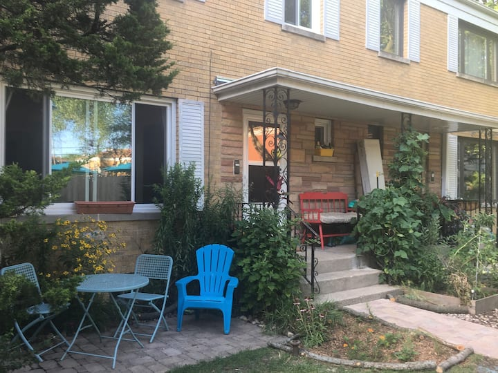 Lovely private townhouse in quiet Budlong Woods