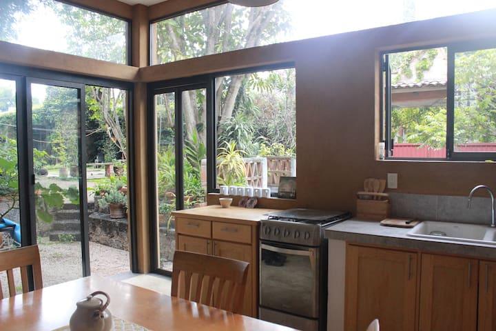 Cocina y comedor con hermosa vista al jardín y terraza para desayunar.