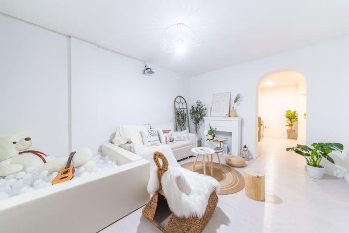 客厅—楼下的大客厅之一,约20㎡,1.8米的沙发、地毯、摇摇椅、网红泡泡池、极米百寸高清投影......影院般的超值享受、好玩的网红泡泡池等你来~