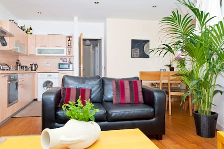 Eddy & I are delighted to offer a bright modern private room (w/ ensuite bathroom) in the very heart of Dublin. From here you can enjoy all of Dublin within walking distance. We are dedicated hosts ready to offer you advice, privacy or good company!