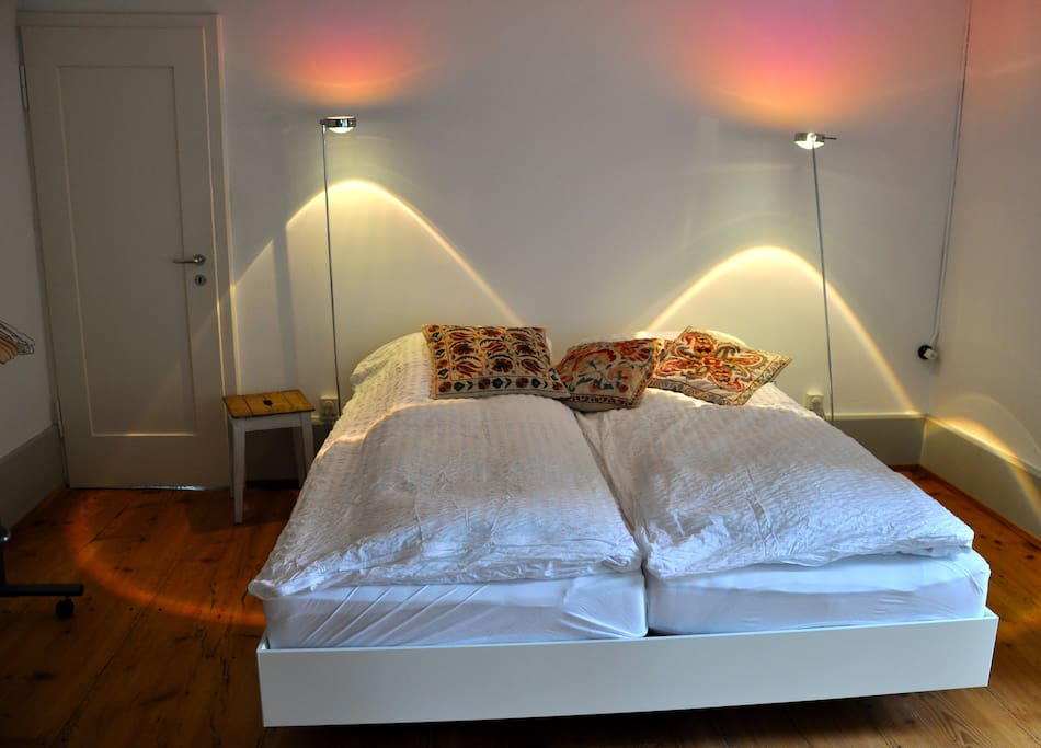 1. Schlafzimmer mit direktem Zugang zum Bad. 1 Bedroom with direct access to the bathroom.