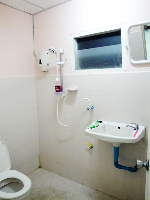 ห้องน้ำมีเครื่องน้ำอุ่น  และฝักบัว