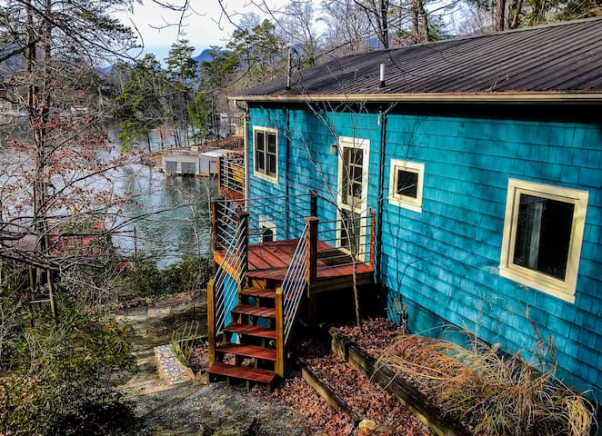 Max's Blue Lakeside Cottage