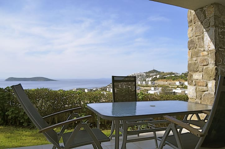Amazing view two bedroom apartment  - Gumusluk - Apartamento