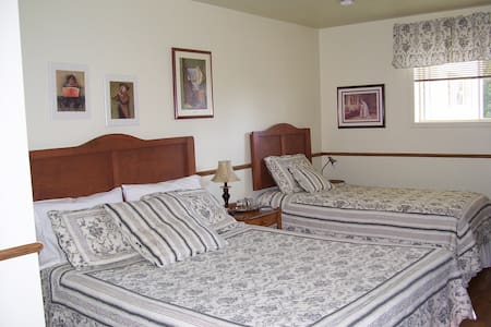 Chute Couette Cafe B&B 2 beds - Notre-Dame-du-Portage - Bed & Breakfast
