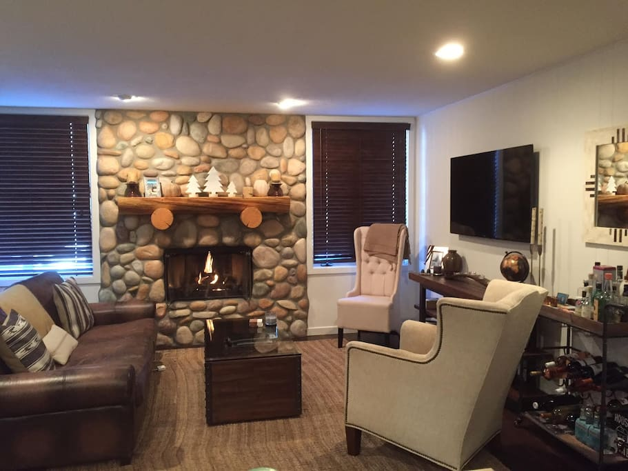 Living room. Wifi, cable & gas fireplace.