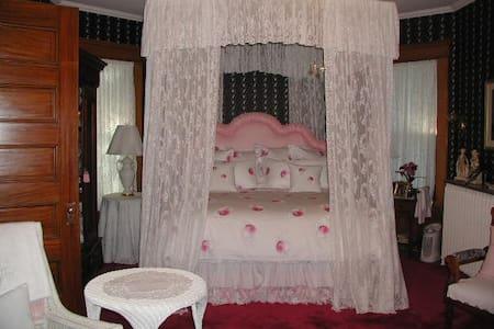 Queen's Suite in Victorian Home w/English garden