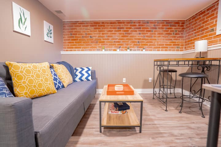 Bright guest suite in cute neighborhood near DU!