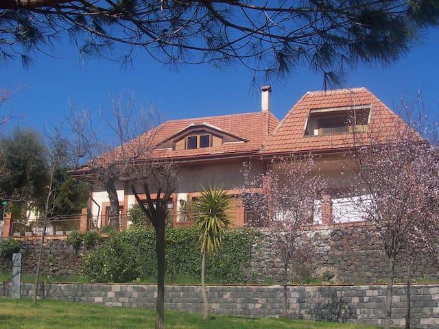 Villa sui percorsi dei vini Etnei