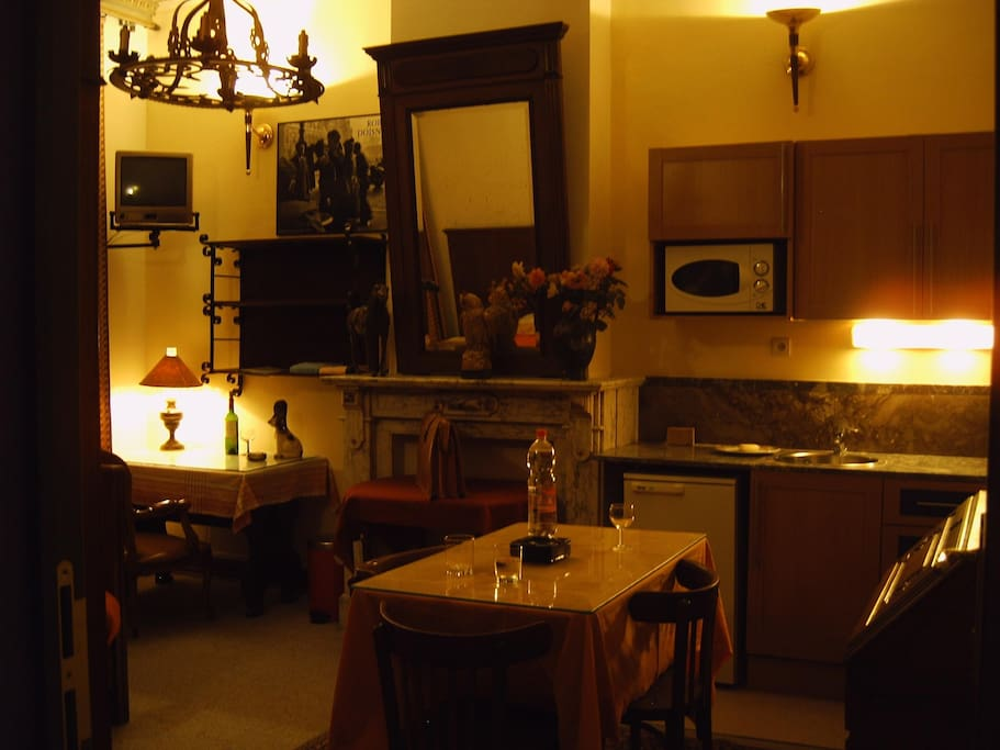 Room 1 Little kitchen and mirror