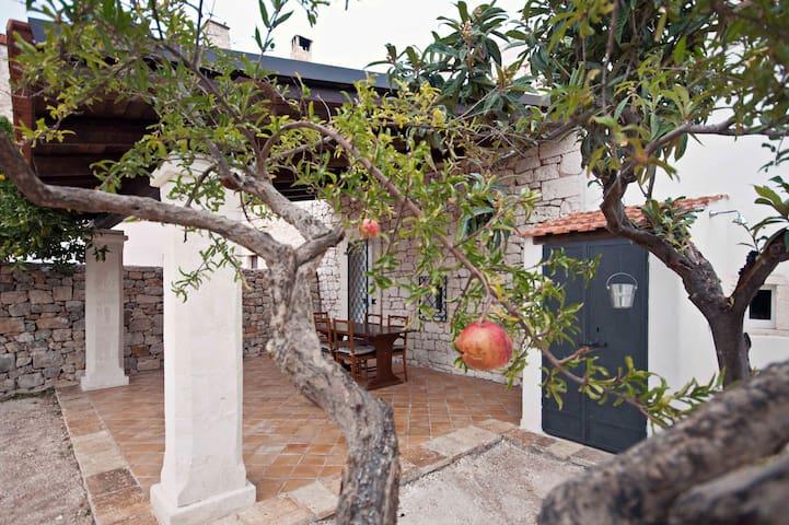 Il patio, ove con il profumo dei fiori d'arancio o il frinire delle cicale rilassarsi o accogliere amici.