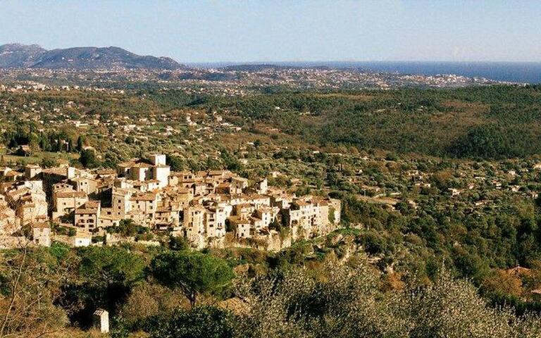 Vue panoramique village médiéval, mer et montagnes