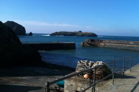 Beautiful Harbour location apmts all with a view - Mullion  - Daire