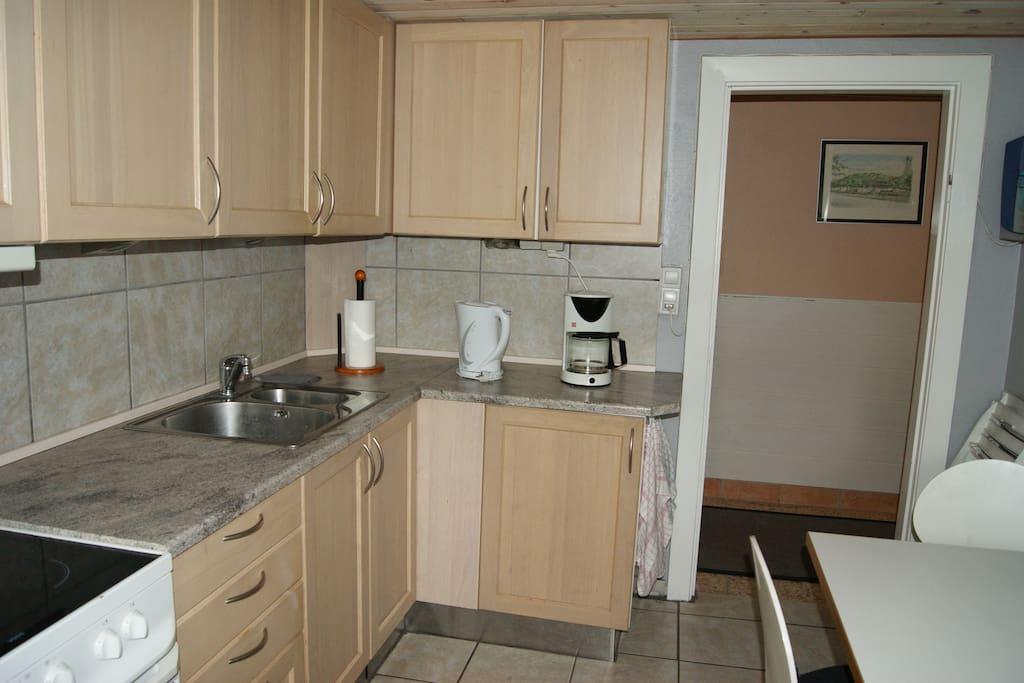 Fuldt udstyret køkken, som er fælles med ialt 3 værelser.