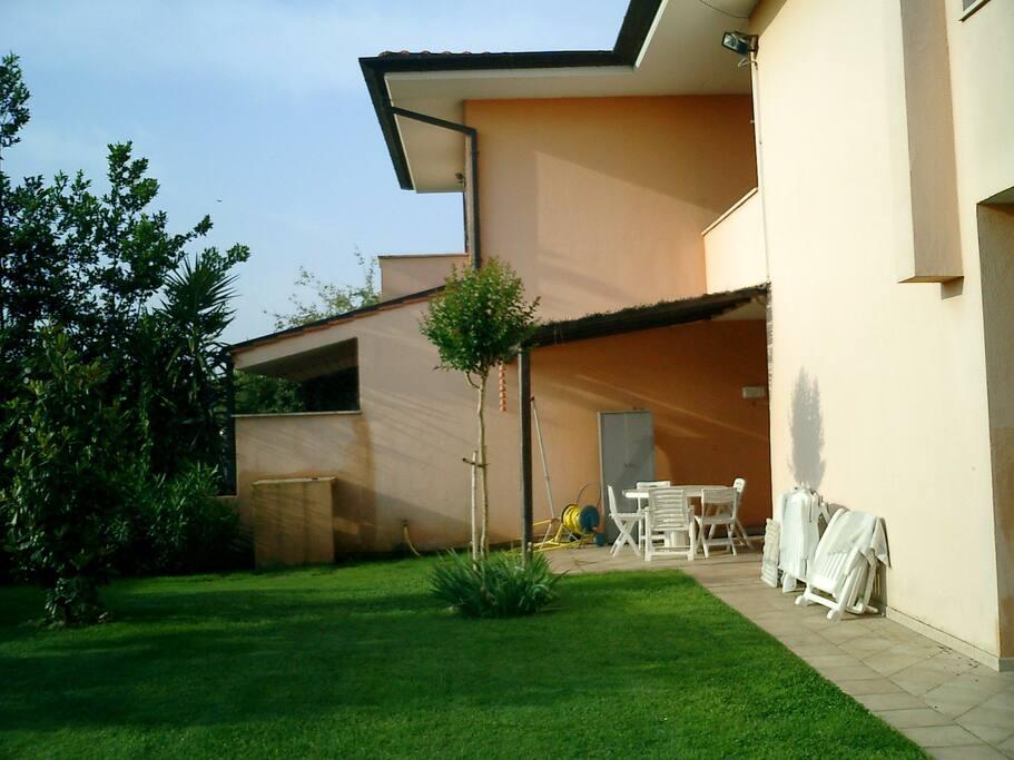 Patio posteriore con tavolo e veranda per mangiare in giardino
