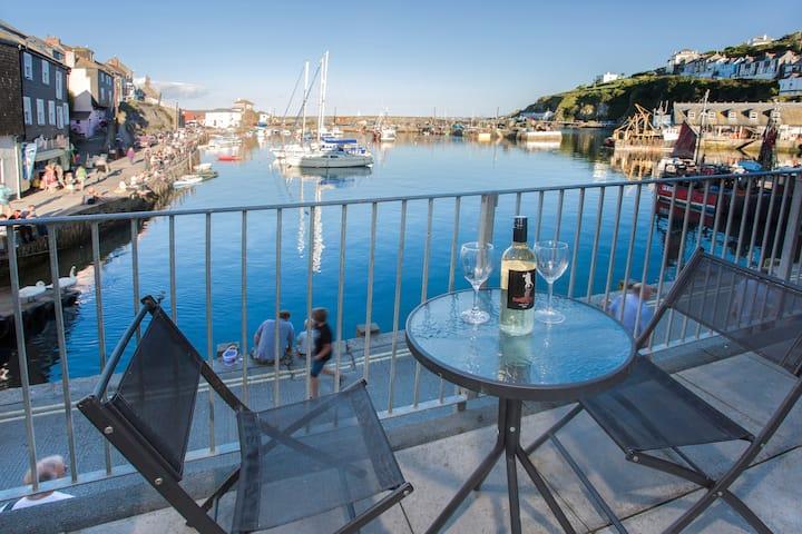 Cornish hideaway overlooking sea