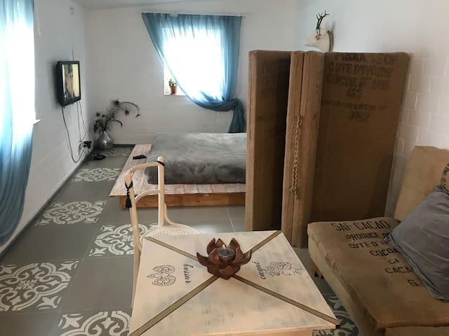 Творческая  квартира-студия в деревенском стиле