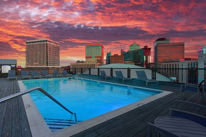 !5mins from broadway! **roof top pool**